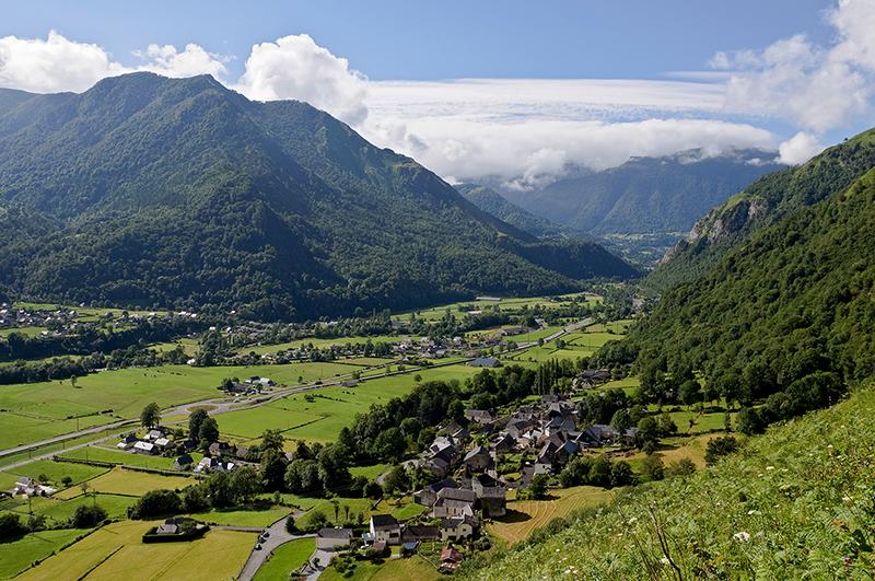 La vallee d Ossau, vue des contreforts du Plaa dou Soum (Pyrenees-Atlantiques, France)